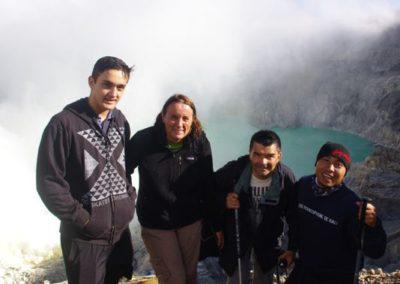 Valentin, Patricia et Vincent avec Wayan au Kawah Ijen